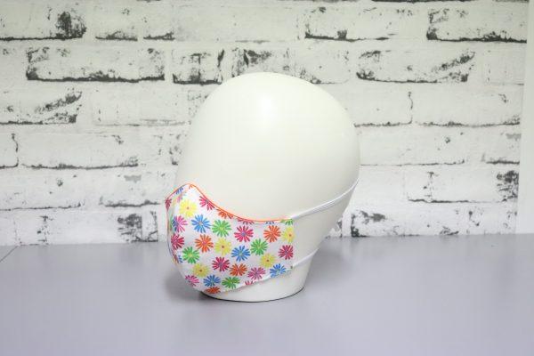 mascarilla reutilizable blanca con estampado de flores