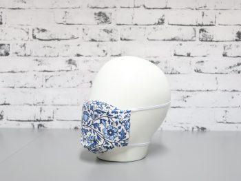 mascarilla lavable blanca con estampado de flores azul